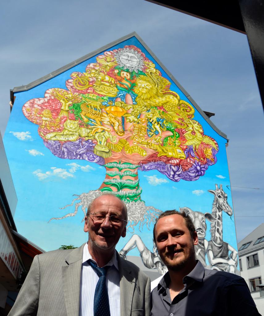 Leiter des Kulturreferats München, Hans Georg-Küppers und Künstler Martin Blumöhr vor Randbreite